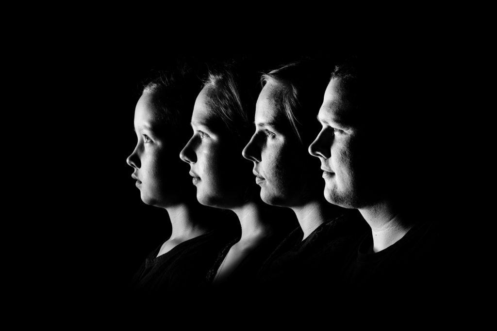 Fammilienportrait im Profil in schwarz weiß